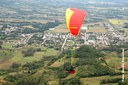 Salto da rampa de paraglider